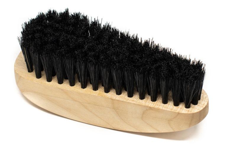 Kleiderbürste aus Ahornholz mit Logo von whatlassielikes. Die Schweinborsten sind schwarz.
