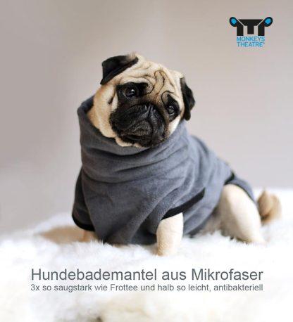 Mops trägt einen Hundebademantel in Größe eins in Graublau.