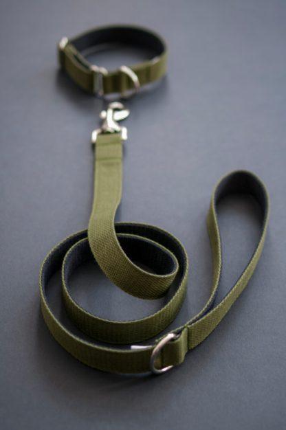 Set von Vackertass mit Hundehalsband und Hundeleine in Oliv. Karabiner sind aus Edelstahl.