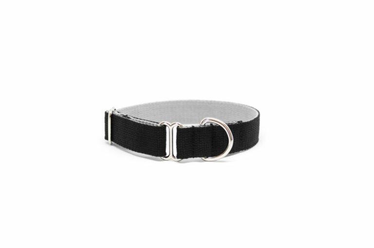 Schlupf-Hundehalsband aus 2,5 cm breiten Baumwollband von Vackertass. Es ist innen hellgrau, außen schwarz.