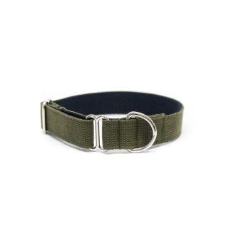 Schlupf-Hundehalsband aus 2,5 cm breiten Baumwollband von Vackertass. Es ist innen dunkelblau, außen olivgrün