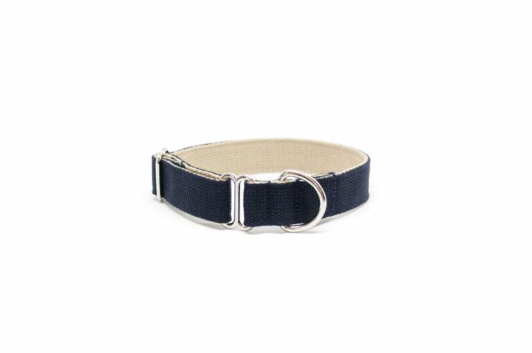 Schlupf-Hundehalsband aus 2,5 cm breiten Baumwollband von Vackertass. Es ist innen beige, außen dunkelblau.
