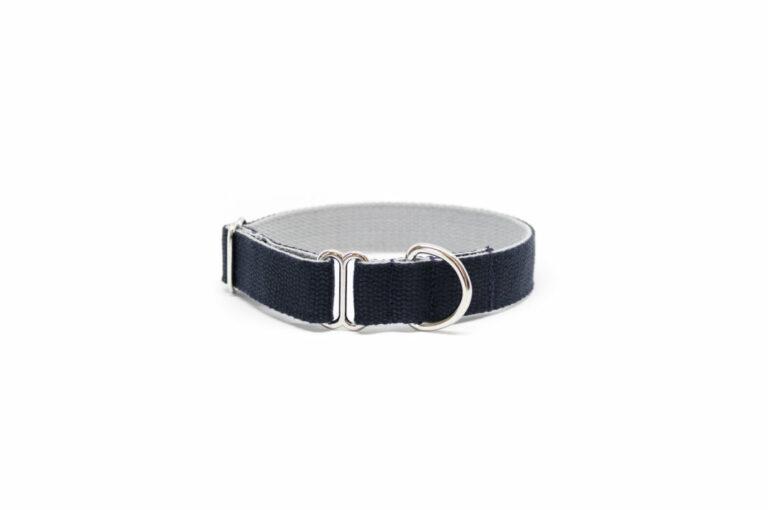 Schlupf-Hundehalsband aus 2,5 cm breiten Baumwollband von Vackertass. Es ist innen hellgrau, außen dunkelblau.