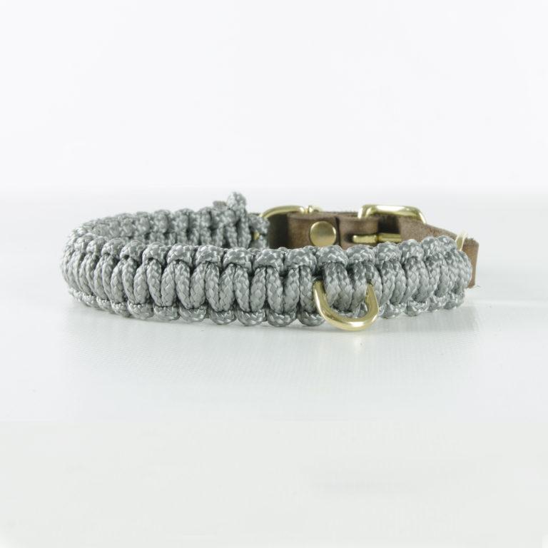 aus Segeltauen geflochtenes Halsband von Molly and Stitch in Grau mit Messingring