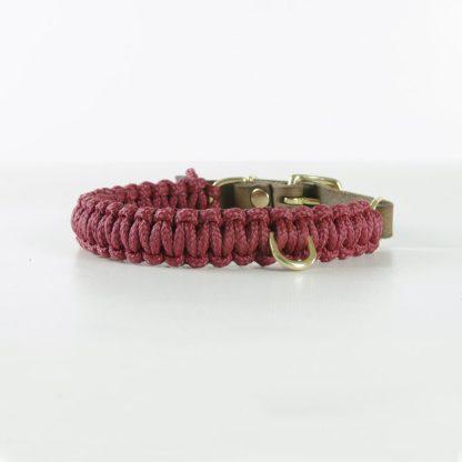 aus Segeltauen geflochtenes Halsband von Molly and Stitch in Dunkelrot mit Messingring