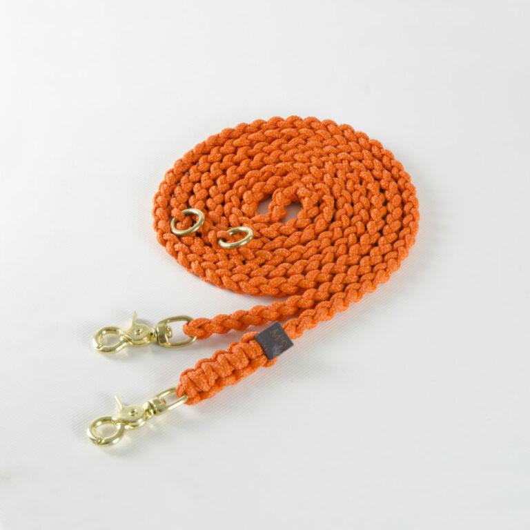 lange geflochtene Hundeleine aus orangen Segeltauen von Molly and Stitch mit Karabinern aus Messing