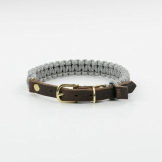 aus Segeltauen geflochtenes Halsband von Molly and Stitch in Silbergrau mit Lederverschluss