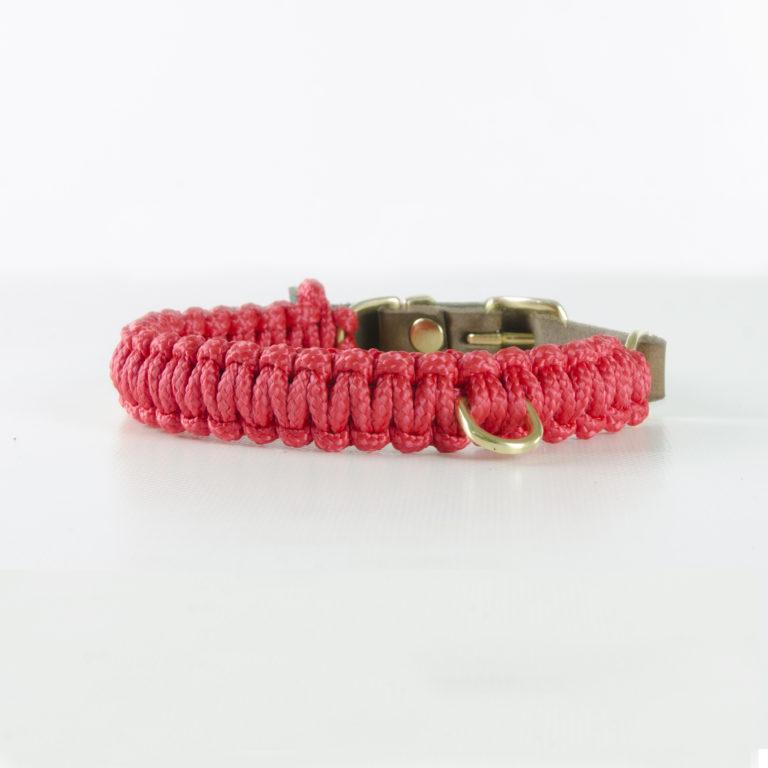 aus Segeltauen geflochtenes Halsband von Molly and Stitch in Lipstick Red mit Messingring