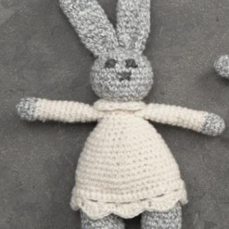 gehäkelter Hase mit Kleidchen. Es ist ein Spielzeug für kleine Hunde.