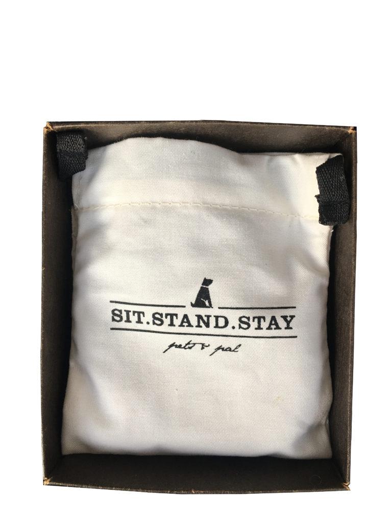 Die Verpackung des Hundehalsbandes ist ein helles Stoffsäckchen von sit-stand-stay.