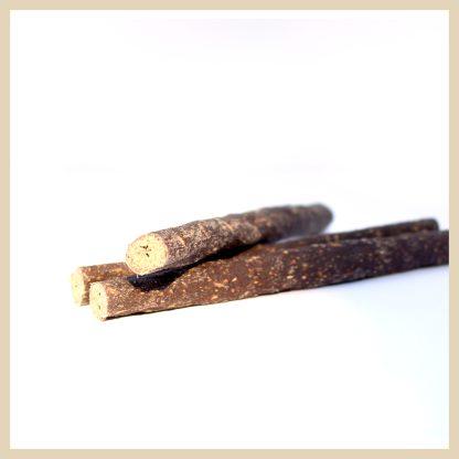 drei dünne, getrocknete Kaninchen-Sticks als Kauartikel für den Hund