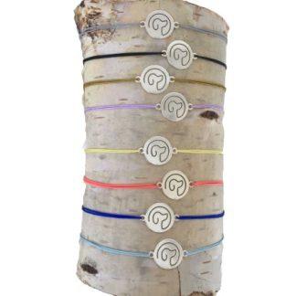 Armband mit Hundemotiv auf Silberplättchen in acht Farben.