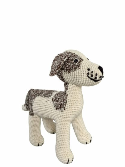 Ein gehäkelter Hund Jacky in beige-braun von Anne-Claire Petit.