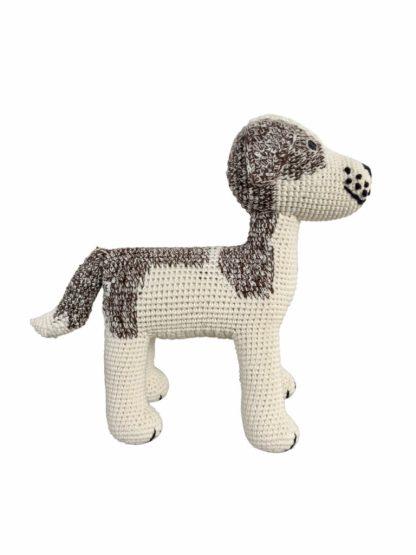 Ein gehäkelter Hund, stehend in beige-braun von Anne-Claire Petit.