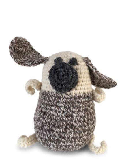 gehäkelter Mops für kleine Hunde zum Spielen. Er ist beige und braun meliert.