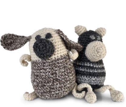 ein gehäkelter Mops und ein Schweinchen aus Wolle. Beide sind ca. 11 cm hoch.